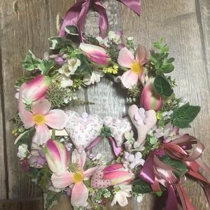 Tavaszi tulipános/virágos ajtódísz szivecskékkel, Otthon & Lakás, Dekoráció, Ajtódísz & Kopogtató, 20 cm átmérőjű vesszőalapon a fotón látható viragkompozíció sajatkészítésű textil szivecskékkel..., Meska
