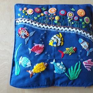 Díszpárna halakkal és virágokkal, Lakberendezés, Otthon & lakás, Lakástextil, Párna, Varrás, Kék alapon filcből készült rávarrással, csipkével, gyönggyel, szalaggal díszített díszpárnahuzat ..., Meska