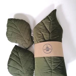 Levélszőnyeg szett, Otthon & Lakás, Dekoráció, A sötétzöld selyem levélszőnyeg szett tartalmaz egy szőnyeget  és kettő párnát.  Anyaga 100 poliészt..., Meska