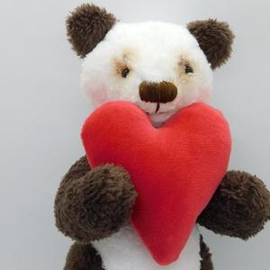 Pandó, Gyerek & játék, Játék, Plüssállat, rongyjáték, Játékfigura, Varrás, Nagyon ritka barna panda sok-sok szeretettel, és egy 9,5×9 centis piros plüss szívvel :)\nWellsoftból..., Meska