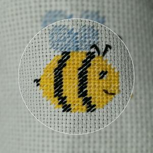 Bridgertonék méhecskéje gobelin, Otthon & Lakás, Dekoráció, Kép & Falikép, Hímzés, Ha te is Bridgerton rajongó vagy, akkor díszítsd lakásodat ezzel a kb 6*5,5 cm-es méhecske gobelinne..., Meska