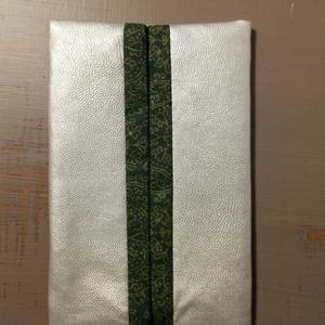 Papírzsebkendő tartó - ezüst műbőr, Táska & Tok, Pénztárca & Más tok, Zsebkendőtartó, Varrás, Tavaszi kiárusítás!\n\nLegyen a te táskádban is egy ilyen apróság.\n\nNáthás időszakban a textil zsebken..., Meska