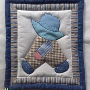 Overál Bill drappban és kékben, Gyerek & játék, Gyerekszoba, Baba falikép, Patchwork, foltvarrás, Nosztalgikus hangulatú színezésben készült textil falikép, kalapos fiú mintával.\nA színek szépia fot..., Meska