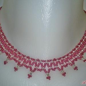 Rózsaszín - Ezüst fűzött gyöngy nyaklánc, Ékszer, Nyaklánc, Ékszerkészítés, Gyöngyfűzés, gyöngyhímzés, Rózsaszínű és ezüst, cseh kásagyöngyből fűzött nyaklánc.\nHossza 40 cm, szélessége 2 cm., Meska
