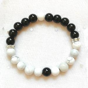 Egyensúly - Yin-Yang ásvány karkötő, fehér howlit - fekete ónix ásvány karkötő, egyedi ásvány karkötő, Ékszer, Karkötő, Ékszerkészítés, Gyöngyfűzés, gyöngyhímzés, Ásvány karkötő 8mm-es természetes fehér howlit és fekete ónix ásványgyöngyökből, ezüst színű, csillo..., Meska