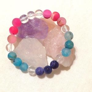 Kis színes - Achátok - hegyikristály ásvány karkötő, féldrágakő ásvány karkötő, egyedi ásvány karkötő, Ékszer, Karkötő, Ékszerkészítés, Gyöngyfűzés, gyöngyhímzés, Színes, vidámságot sugárzó ásvány karkötő 8mm-es színes (kék, lila, pink/rózsaszín) és természetes h..., Meska