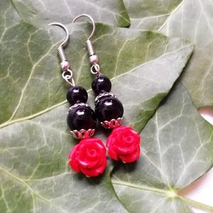 Rózsás ásvány fülbevaló fekete ónix és piros cinóber gyöngyökből, féldrágakő ásványfülbevaló, Ékszer, Fülbevaló, Egyedi ásvány fülbevaló 6 ill. 8mm-es  fekete ónix és 8mm-es faragott cinóber rózsa ásvány gyöngyökb..., Meska