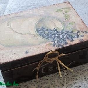 Teás doboz - kezd a napot egy finom teával, Otthon & lakás, Dekoráció, Lakberendezés, Konyhafelszerelés, Tárolóeszköz, 6 rekeszes fa doboz gyümölcsmintával, fémdísszel, felirattal díszítve.   Az ár egy darabra vonatkozi..., Meska