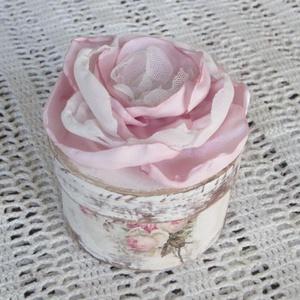 Különleges virágos dobozka, Otthon & lakás, Ékszer, Dekoráció, Lakberendezés, Tárolóeszköz, Mini dobozt festettem, díszítettem. Csodás textilvirágot készítettem a tetejére. Csipke, zsorzsett é..., Meska