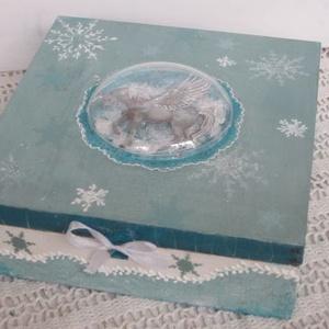 Unikornis varázsvilág, Otthon & Lakás, Díszdoboz, Dekoráció, 19x19x6 cm fa dobozt, festettem, díszítettem. Fagyos, jeges világba röpített az egyszarvú, aki megbú..., Meska