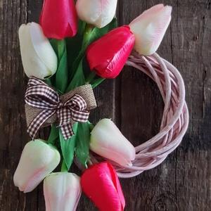 Tavaszi ajtódísz - tulipános, Otthon & Lakás, Dekoráció, Ajtódísz & Kopogtató, 15 cm fonott vesszőalapon selyemtulipánok, pink, halványrózsaszín és fehér. Személyes átvétel Budape..., Meska