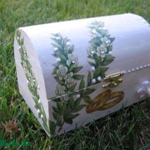 Esküvői láda az ifjú párnak (kisebb), Otthon & Lakás, Párna & Párnahuzat, Lakástextil, 15x10x10 cm faládát festettem fehérre. A virágfüzért strasszkövekkel és gyöngytollal díszítettem. Eg..., Meska