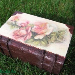 Rózsák könyve, ami ékszertartó doboz is lehet , Dekoráció, Otthon & lakás, Lakberendezés, Tárolóeszköz, Ékszer, Decoupage, transzfer és szalvétatechnika, Festett tárgyak, 10x15x6 cm fa dobozt, festettem és díszítettem.\nHasználhatod ékszertartónak, apró tárgyakat gyűjthet..., Meska