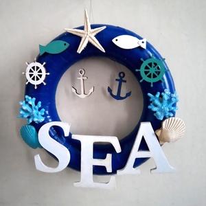 hív a tenger koszorú, Koszorú, Dekoráció, Otthon & Lakás, Mindenmás, A tenger hangulatát idéző koszorút számos vízi motívum díszíti. A varázslatos szépségű tengerparti t..., Meska