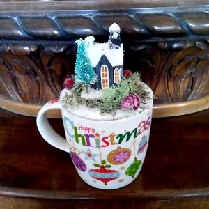 karácsonyi bögre havas házikóval, Karácsony & Mikulás, Karácsonyi dekoráció, Mindenmás, A színes Happy Christmas feliratú bögrét egy kis házmakett, fenyőfa, színes bogyók, toboz és izlandi..., Meska