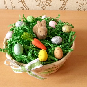 húsvéti kosár nyuszival, répával és színes tojásokkal, Otthon & Lakás, Dekoráció, Asztaldísz, Mindenmás, A műfűvel töltött kosárkában egy apró nyuszi bújt el a színes tojások között.  Készülj Te is a tavas..., Meska