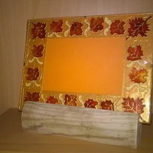 Fényképtartó juharlevél mintával, Dekoráció, Otthon & lakás, Lakberendezés, Képkeret, tükör, Festett tárgyak, Üvegművészet, Fényképtartó ragyogó színekkel, mérete 18 * 24 cm, fotó helye 10 * 15 cm. Falra akasztható, vagy kül..., Meska