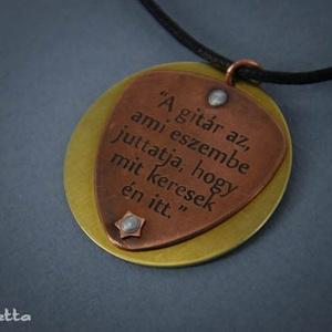 Vörösréz gitár pengető sárgaréz kör alapon - feliratos ékszer (amuletta) - Meska.hu