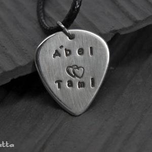 PICI alpakka Gitárpengető felirattal - Név + szív felirat (amuletta) - Meska.hu