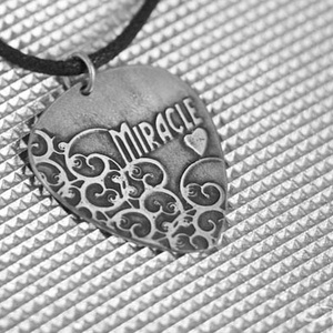 Miracle indás gitár pengető metál, ékszer férfiaknak is, ezüst színű fém pengető, gitárpengető nyaklánc,  (amuletta) - Meska.hu