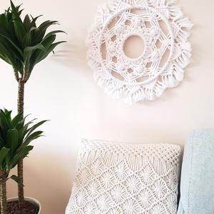 Makramé fali dísz, Otthon & lakás, Dekoráció, Csomózás, Fehér színű, kör alakú makramé fali dísz. átmérője: 45 cm\n, Meska