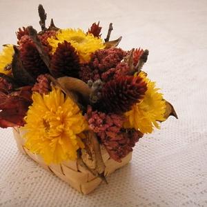Asztaldísz sárga szalmavirággal, Csokor & Virágdísz, Dekoráció, Otthon & Lakás, Virágkötés, Szárazvirágokból és termésekből készült asztaldísz. A bambuszkosárkában száraz tűzőhab van, erre rög..., Meska