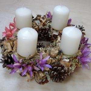Adventi koszorú lila és rózsaszín virágokkal, Adventi koszorú, Karácsony & Mikulás, Otthon & Lakás, Virágkötés, Szalma alapra készült adventi koszorú fehér gyertyákkal. A díszítéshez lila, rózsaszín, arany  és na..., Meska