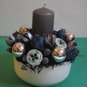 Kék-ezüst karácsonyi asztaldísz, Dekoráció, Otthon & lakás, Ünnepi dekoráció, Dísz, Virágkötés, Kék-ezüst karácsonyi asztaldísz fehér kerámia tálban, szürke gyertyával és ezüst üveggömbökkel.\n\nMér..., Meska