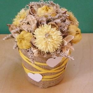 Sárga szárazvirág zsákvászonnal borított dobozban, Dekoráció, Otthon & lakás, Dísz, Virágkötés, A díszhez sárga szárazvirágokat és derméseket használtam. A papírdobozt zsákvászonnal borítottam, sá..., Meska