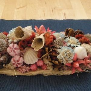 Asztaldísz, Asztaldísz, Dekoráció, Otthon & Lakás, Virágkötés, Szárazvirágokból, termésekből, kagylókból és csigákból készült asztaldísz.\n\nMéretei:\nMagasság: kb. 7..., Meska