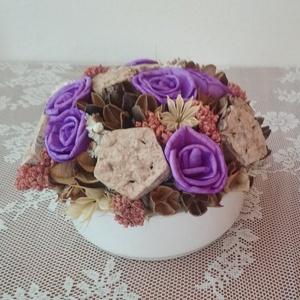 Asztaldísz lila rózsákkal, Dekoráció, Otthon & lakás, Dísz, Lakberendezés, Asztaldísz, Virágkötés, Asztalísz kerámia tálban lila rózsából, termésekből. \n\nMéretei: \nÁtmérő: kb. 15 cm \nMagasság: kb. 11..., Meska