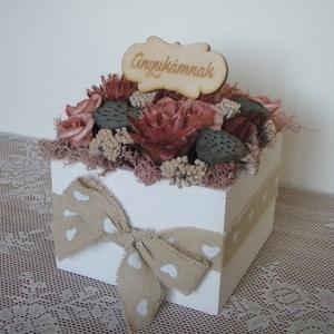 Bordó-rózsaszín virágdoboz \'Anyukámnak\' felirattal, Lakberendezés, Otthon & lakás, Asztaldísz, Dekoráció, Dísz, Virágkötés, Bordó és rózsaszín szárazvirágokból és polifoam rózsákból készült virágdísz fehér fadobozban, \'Anyuk..., Meska