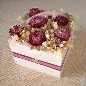 Rózsaszín virágdoboz, Lakberendezés, Otthon & lakás, Asztaldísz, Dekoráció, Dísz, Virágkötés, Rózsaszín és krémszínű szárazvirágokból és termésekből készült virágdísz rózsaszín szalagokkal díszí..., Meska