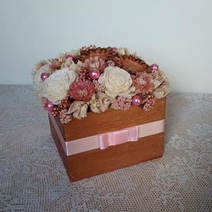 Virágdoboz szárazvirágokból, Anyák napja, Ünnepi dekoráció, Dekoráció, Otthon & lakás, Lakberendezés, Asztaldísz, Virágkötés, Virágdoboz szárazvirágokból és termésekből.\n\nMéretei:\nMagasság: kb. 11-12 cm\nSzélesség: kb. 13-14 cm..., Meska