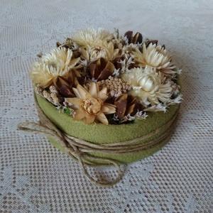 Kicsi virágdoboz, Dekoráció, Otthon & lakás, Dísz, Lakberendezés, Asztaldísz, Virágkötés, Virágdoboz szárazvirágokból.\n\nMéretei:\nMagasság: kb. 4,5 cm\nÁtmérő: kb. 10 cm, Meska
