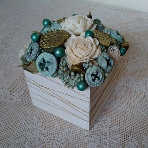 Kék-arany virágdoboz, Lakberendezés, Otthon & lakás, Dekoráció, Asztaldísz, Dísz, Virágkötés, Szárazvirágokból és termésekből készült virágdoboz.\n\nMéretei:\nMagasság: kb. 11 cm\nSzélesség: kb. 10 ..., Meska