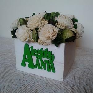 Zöld-fehér virágdoboz \'A legjobb anya\' felirattal, Anyák napja, Ünnepi dekoráció, Dekoráció, Otthon & lakás, Lakberendezés, Asztaldísz, Virágkötés, Szárazvirágokból és termésekből készült virágdoboz.\n\nMéretei:\nMagasság: kb. 12 cm\nSzélesség: kb. 11-..., Meska