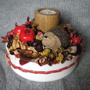 Sünis őszi asztaldísz, Otthon & lakás, Dekoráció, Dísz, Lakberendezés, Asztaldísz, Virágkötés, Őszi asztaldísz szárazvirágokból és termésekből kerámiatálban süni figurával és mécsestartóval.\nTeam..., Meska