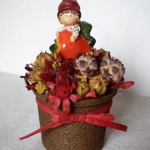 Őszi asztaldísz manóval, Asztaldísz, Dekoráció, Otthon & Lakás, Virágkötés, Őszi asztaldísz szárazvirágokból és termésekből  manó figurával.\n\nMéretei:\nMagasság: kb. 20 cm\nÁtmér..., Meska