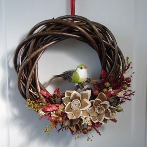 Őszi ajtódísz zöld madárral, Otthon & lakás, Dekoráció, Dísz, Lakberendezés, Ajtódísz, kopogtató, Virágkötés, Szárazvirágokból és termésekből készült ajtódísz vessző alapon madár figurával.\n\nMérete:\nÁtmérő: kb...., Meska