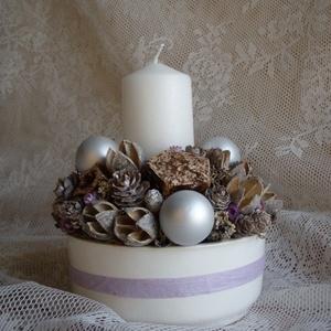 Lila-fehér asztaldísz gyertyával, Otthon & lakás, Dekoráció, Ünnepi dekoráció, Karácsony, Karácsonyi dekoráció, Lakberendezés, Asztaldísz, Virágkötés, Szárazvirágokból és termésekből készült asztaldísz ezüst üveggömbökkel, kerámia tálban.\n\nMéretei:\nÁt..., Meska