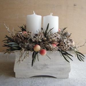 Fehér adventi asztaldísz, Otthon & Lakás, Karácsony & Mikulás, Adventi koszorú, Virágkötés, Adventi asztaldísz kézzel festett faládában, szárazvirágokkal, termésekkel és műbogyókkal díszítve.\n..., Meska