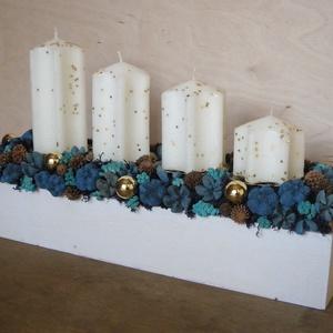 Kék-arany adventi asztaldísz, Adventi koszorú, Karácsony & Mikulás, Otthon & Lakás, Virágkötés, Adventi asztaldísz szárazvirágokból és termésekből, fehér faládában. \n\nMéretei:\nMagasság: kb. 19 cm\n..., Meska