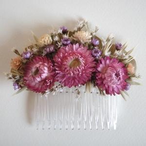 Hajdísz rózsaszín virágokkal, Esküvő, Hajdísz, ruhadísz, Táska, Divat & Szépség, Ruha, divat, Hajbavaló, Virágkötés, Szárazvirágokból készült hajdísz.\n\nMérete: kb. 11x8 cm, Meska
