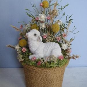 Húsvéti asztaldísz bárány figurával, Otthon & Lakás, Dekoráció, Asztaldísz, Virágkötés, Húsvéti asztaldísz szárazvirágokból és termésekből bárány figurával.\n\nMéretei:\nMagasság: kb. 20 cm\nÁ..., Meska