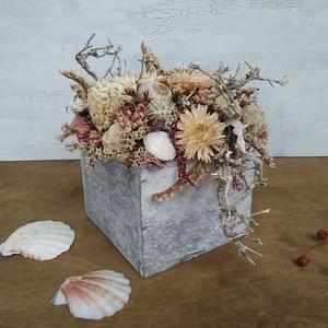 Tenger témájú virágdoboz, Doboz, Tárolás & Rendszerezés, Otthon & Lakás, Virágkötés, Virágdoboz szárazvirágokból, termésekből és kagylókból.\n\nMéretei:\nMagasság: kb. 12-13 cm\nSzélesség: ..., Meska