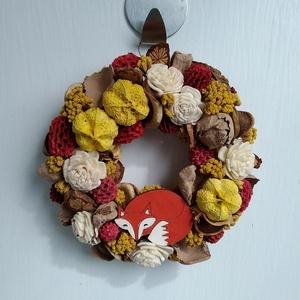 Kicsi rókás őszi ajtódísz, Ajtódísz & Kopogtató, Dekoráció, Otthon & Lakás, Virágkötés, Őszi ajtódísz szárazvirágokból és termésekből kézzel festett róka figurával.\n\nMérete:\nÁtmérő: kb. 12..., Meska
