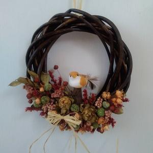 Őszi ajtódísz kismadárral, Ajtódísz & Kopogtató, Dekoráció, Otthon & Lakás, Virágkötés, Őszi ajtódísz szárazvitágokból és termésekből madár figurával.\n\nMérete:\nÁtmérő: kb. 15-16 cm..., Meska