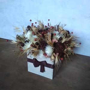 Natúr virágdoboz, Doboz, Tárolás & Rendszerezés, Otthon & Lakás, Virágkötés, Virágdoboz szárazvirágokból és termésekből kézzel festett fadobozban.\n\nMéretei:\nSzélesség: kb. 22 cm..., Meska
