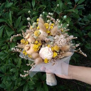 Menyasszonyi csokor kék, sárga és krémfehér virágokból, Menyasszonyi- és dobócsokor, Esküvő, Virágkötés, Menyasszonyi csokor szárazvirágokból.\n\nMérete:\nMagasság: kb. 30 cm\nÁtmérő: kb. 18 cm, Meska
